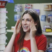 Eden Sher in una scena dell'episodio The Cheerleader della serie The Middle