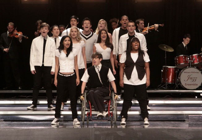 Il Glee Club Si Esibisce In Una Scena Dell Episodio Takedown Della Serie Glee 132733
