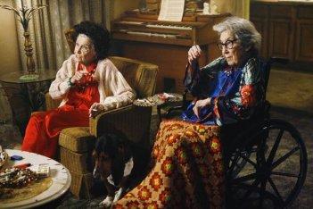 Jeanette Miller e Francis Bay in una scena dell'episodio The Floating Anniversary della serie The Middle