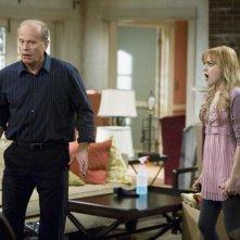 Jordan Hinson e Kelsey Grammer in una scena del pilot della serie Hank