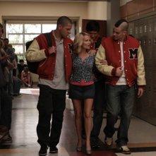 La guest star Kristin Chenoweth con Dijon Talton e Mark Salling in una scena dell'episodio The Rhodes Not Taken della serie Glee