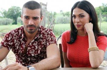 Luca Argentero e Moran Atias in una scena del film Oggi Sposi