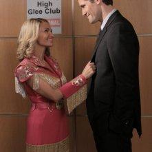 Matthew Morrison con la guest star Kristin Chenoweth in una scena dell'episodio The Rhodes Not Taken della serie Glee