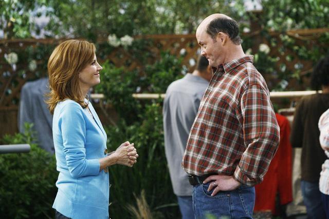 Melinda Mcgraw E David Koechner In Una Scena Dell Episodio Yard Sale Della Serie Hank 132695