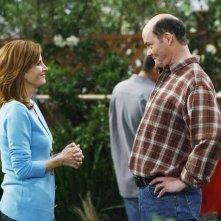 Melinda McGraw e David Koechner in una scena dell'episodio Yard Sale della serie Hank