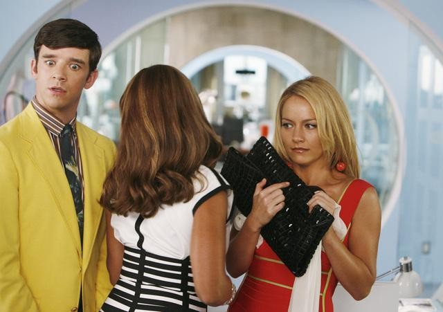Michael Urie Vanessa Williams E Becki Newton In Una Scena Dell Episodio Blue On Blue Della Serie Ugly Betty 132885