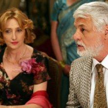 Michele Placido e, alle sue spalle, Lunetta Savino in una scena del film Oggi Sposi