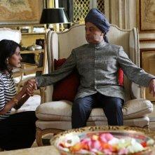 Moran Atias e Hassani Shapi in una scena del film Oggi Sposi