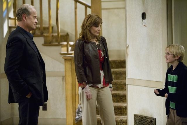 Nathan Gamble Melinda Mcgraw E Kelsey Grammer In Una Scena Del Pilot Della Serie Hank 132717