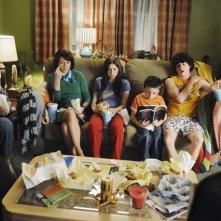 Patricia Heaton, Neil Flynn, Eden Sher, Charlie McDermott ed Atticus Shafer in una scena del pilot della serie The Middle