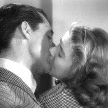 Un bacio appassionato tra Cary Grant e Ingrid Bergman in Notorious - L\'amante perduta ( 1946 )