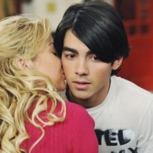 Chelsea Staub e Joe Jonas in una scena dell'episodio Love Sick della serie Jonas
