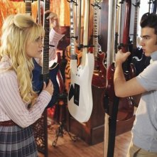 Chelsea Staub e Kevin Jonas in una scena dell'episodio That Ding You Do della serie Jonas