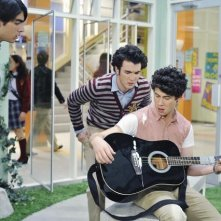 I Jonas Brothers in una scena dell'episodio Complete Repeat della serie Jonas