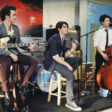 Kevin Jonas, Nick Jonas e Joe Jonas in una scena dell'episodio Love Sick della serie Jonas
