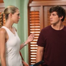 Matt Lanter e Sara Foster in una scena dell'episodio The Porn King di 90210