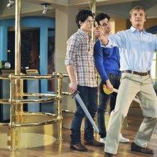 Nick e Kevin Jonas e Chuck Hittinger in una scena dell'episodio The Three Musketeers della serie Jonas
