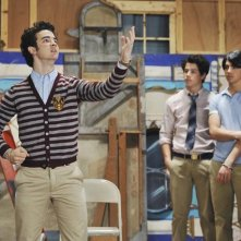 Nick, Joe e Kevin Jonas in una scena dell'episodio The Three Musketeers della serie Jonas