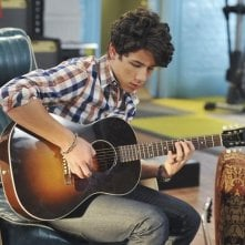 Nick Jonas in una scena dell'episodio That Ding You Do della serie Jonas