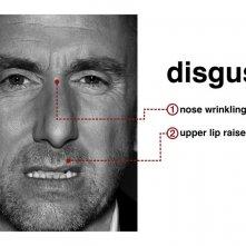 Tim Roth mostra il sentimento del 'disgusto' con l'espressione del viso per la serie Lie to Me