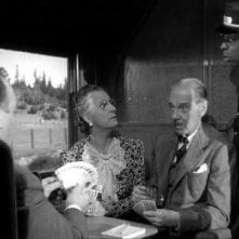 Alfred Hithcock (di spalle) in una scena del film L\'ombra del dubbio ( 1943 )