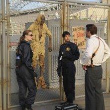 David Boreanaz, Tamara Taylor ed Emily Deschanel in una scena dell'episodio A Night at the Bones Museum della serie Bones