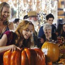 Eastwick: Jaime Ray Newman e Rebecca Romijn in una sequenza di Reaping and Sewing, secondo episodio della prima stagione del serial
