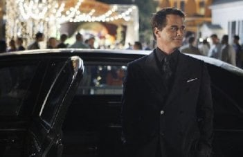 Eastwick: Paul Gross in una sequenza di Reaping and Sewing, secondo episodio della prima stagione del serial