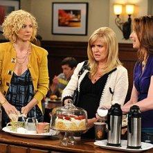 Jenna Elfman, Ashley Jensen e Lennon Parham in una scena dell'episodio Memento della serie Accidentally on Purpose