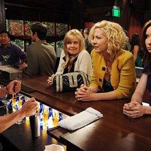 Jenna Elfman, Ashley Jensen e Lennon Parham nell'episodio Memento della serie Accidentally on Purpose