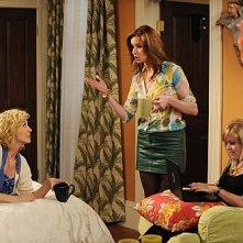 Jenna Elfman, Ashley Jensen e Lennon Parham nell'episodio The Date della serie Accidentally on Purpose