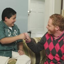 Jesse Tyler Ferguson e Rico Rodriguez in una scena dell'episodio The Bicycle Thief della serie Modern Family