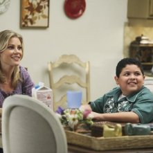 Julie Bowen e Rico Rodriguez in una scena dell'episodio The Bicycle Thief della serie Modern Family