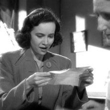 Minerva Urecal e Teresa Wright (al centro) in una scena del film L\'ombra del dubbio ( 1943 )