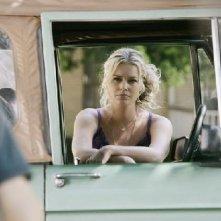 Rebecca Romijn in una scena di Reaping and Sewing, secondo episodio della prima stagione di Eastwick