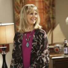 Shelley Long in una scena dell'episodio The Incident della serie Modern Family