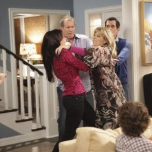 Sofia Vergara e Shelley Long in una scena dell'episodio The Incident della serie Modern Family