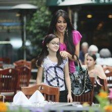 Sofía Vergara ed Ariel Winter nell'episodio The Bicycle Thief della serie Modern Family