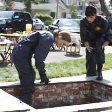 Tamara Taylor ed Emily Deschanel in una scena dell'episodio Beautiful Day in the Neighborhood della serie Bones