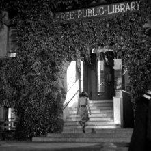 Teresa Wright entra in biblioteca in una scena del film L\'ombra del dubbio ( 1943 )