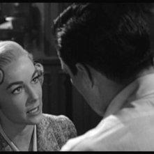 John Gavin ( di spalle ) e Vera Miles in una scena del film Psycho ( 1960 )