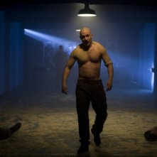 Tom Hardy in una scena del film Bronson