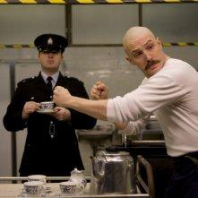 Tom Hardy in una scena del film Bronson diretto da Nicolas Winding Refn