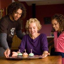 Corbin Bleu, Penelope Ann Miller e Madison Pettis in una scena del film Free Style