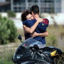 Giulio Beranek abbraccia Anna Ferruzzo in una scena del film Marpiccolo