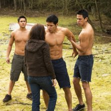 Bella (Kristen Stewart) circondata dai giovani Quileutes nel film Twilight: New Moon