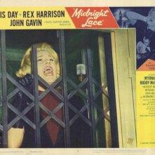 Doris Day in una lobby card promozionale del film Merletto di mezzanotte ( 1960 )