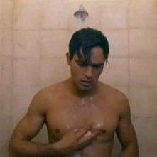 Gabriel Garko sotto la doccia in una scena de L'onore e il rispetto 2