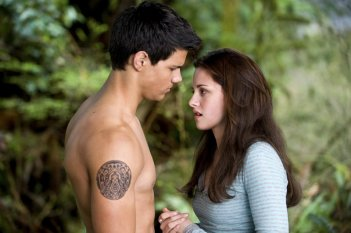 Jacob (Taylor Lautner) e Bella (Kristen Stewart) in una sequenza del film Twilight: New Moon