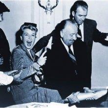 Una divertente immagine di Alfred Hitchock con James Stewart e Doris Day sul set de L\'uomo che sapeva troppo